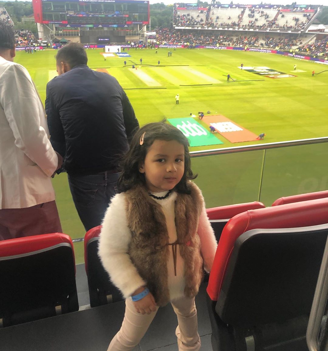 भारत-पाकिस्तान यांच्यात झालेल्या महामुकाबल्या दरम्यानही झिवा मॅचेंस्टरच्या मैदानावर दिसली. यावेळी ती भारताचा युवा खेळाडू ऋषभ पंत याच्यासोबत मस्ती करताना दिसत होती. त्यांचे व्हिडिओ सोशल मीडियावर व्हायरल होत आहेत.