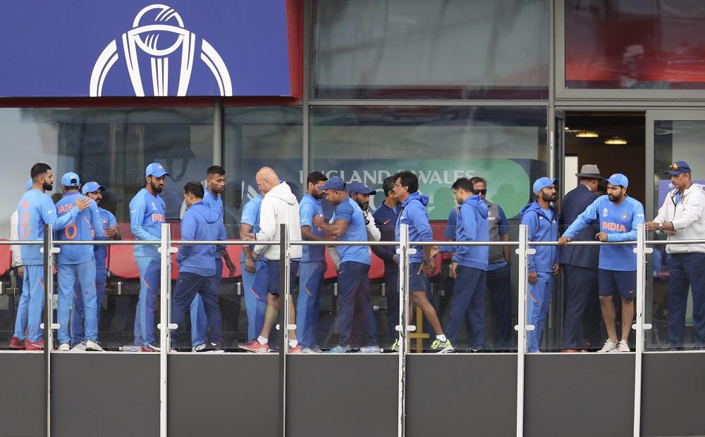 2019 वर्ल्ड कपपर्यंत भारताचे फिजिओ असलेल्या पॅट्रिक फरहार्ट यांना सामन्यानंतर विराट भेटला. त्यानंतर प्रत्येक खेळाडू एकमेकाला सावरत होते. तर रोहित शर्मा एका बाजूला उभा होता.