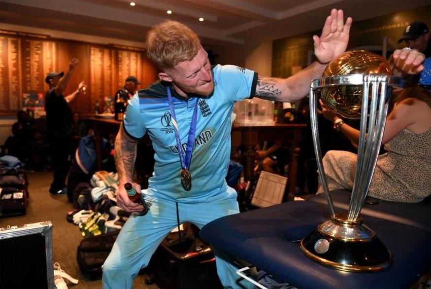 इंग्लंड्चा अष्टपैलू खेळाडू बेन स्टोक्सचा हॉटेलमधील फोटो इंग्लंड क्रिकेट बोर्डाने शेअर केला आहे.