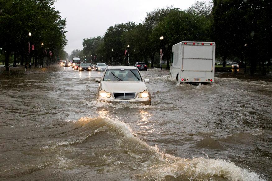 मुसळधार पावसामुळे रस्त्यांवर देखील मोठ्या प्रमाणावर पाणी असल्याचं चित्र दिसत आहे.