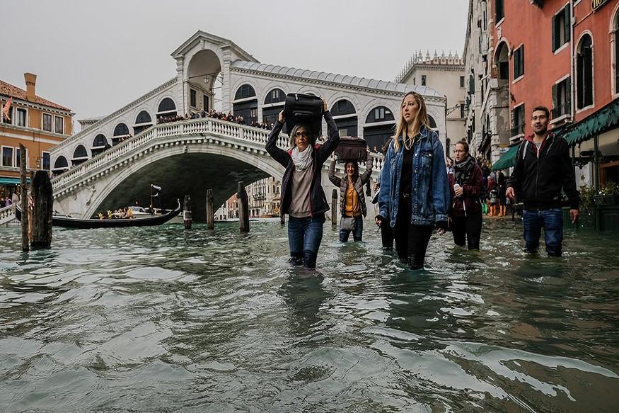 ग्लोबल वॉर्मिंगचे परिणाम जगावर होत असतानाच इटलीमधलं व्हेनिस हे शहर पाण्यात गेलं आहे. सतत पाण्याच्या पातळीत वाढ होत असल्याने व्हेनिसच्या सुंदर इमारती पाण्यात गेल्या आहेत.