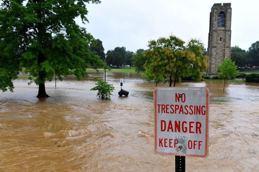 पोटोमॅक नदीला पूर आल्यानं आसपासच्या परिसराला असलेला धोका वाढला आहे. रस्त्यांवर पाणी असल्यानं नागरिकांचे हाल होत आहेत.