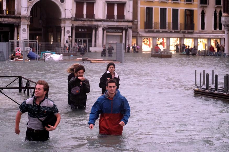 व्हेनिसमध्ये ग्लोबल वॉर्मिंगमुळे दरवर्षी भरतीच्या वेळी पूर येतो. सॅटेलाईटच्या माध्यमातून याची पूर्वसूचना मिळू शकते. पण व्हेनिसमध्ये दरवर्षी पूर येत आहे त्यामुळे शहर पाण्याखाली जातं.