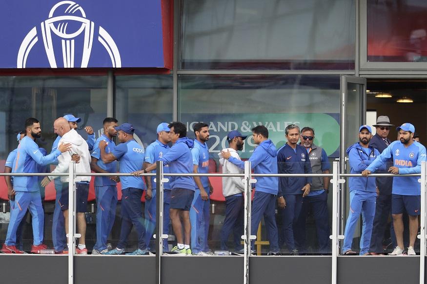 ICC Cricket World Cup 2019 च्या सेमीफायनलमध्ये भारताचं आव्हान संपुष्टात आलं. भारताने पहिल्या काही षटकांतच आघाडीचे फलंदाज गमावले. या पराभवानंतर अनेक प्रश्न उपस्थित केले जात आहेत. कोहलीला फक्त एकच धाव काढता आली तर सलामीवीर रोहित शर्माला सुद्धा एका धावेवर तंबूत परतावं लागलं. त्यानंतर ड्रेसिंग रुममधील वातावरण निराशाजनक असंच होतं. सामना संपल्यानंतरचे काही फोटो व्हायरल होत आहेत. ते पाहता कोहली आणि रोहित यांच्यातलं बोलणं बंद झाल्याची चर्चा सुरू आहे.