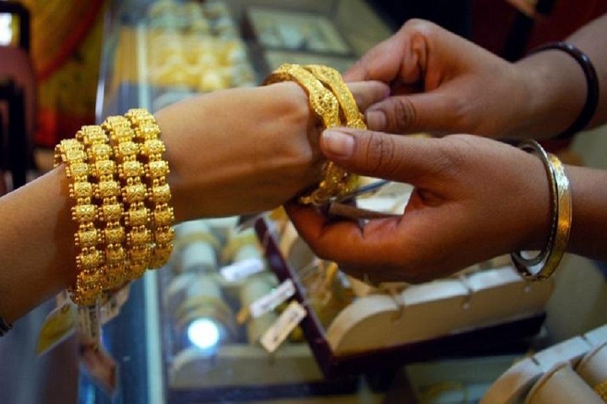 दिल्लीत 99.9 टक्के शुद्ध सोन्याची किंमत 100 रुपयांनी वाढून 35,570 रुपये झालीय. तर 99.5 टक्के शुद्ध सोन्याची किंमत 35,400 झालीय. रुपये आहे.