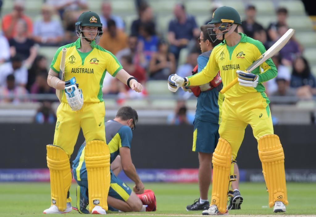 चेंडू लागल्यानंतरही मैदान न सोडता कॅरी खेळत राहिला मात्र पुन्हा 13 व्या षटकानंतर त्यानं पट्टी बांधून घेतली. ऑस्ट्रेलियाचे आघाडीचे फलंदाज लवकर बाद झाल्यानं त्याला वरती पाठवलं आहे. स्मिथसोबत मोठी भागिदारी करून डाव सावरण्याची गरज आहे.
