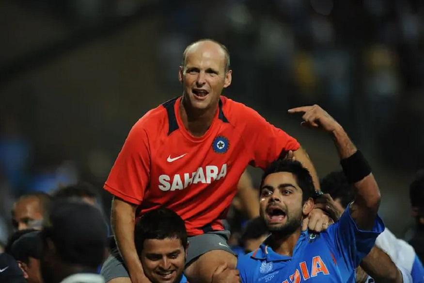भारताला दुसरा वर्ल्ड कप 2011 मध्ये मिळाला. त्यावेळचे प्रशिक्षक गॅरी कर्स्टन यांनी पुन्हा अर्ज केल्यास ते प्रशिक्षक होऊ शकतात. दक्षिण आफ्रिकेच्या या माजी क्रिकेटपटूने भारताच्या संघाला वर्ल्ड कप जिंकून देण्यात मोठं योगदान दिलं होतं. त्यांचे वय 51 असून 101 कसोटी आणि 185 एकदिवसीय सामने खेळण्याचा अनुभव आहे. भारताला दुसरा वर्ल्ड कप 2011 मध्ये मिळाला. त्यावेळचे प्रशिक्षक गॅरी कर्स्टन यांनी पुन्हा अर्ज केल्यास ते प्रशिक्षक होऊ शकतात. दक्षिण आफ्रिकेच्या या माजी क्रिकेटपटूने भारताच्या संघाला वर्ल्ड कप जिंकून देण्यात मोठं योगदान दिलं होतं. त्यांचे वय 51 असून 101 कसोटी आणि 185 एकदिवसीय सामने खेळण्याचा अनुभव आहे.