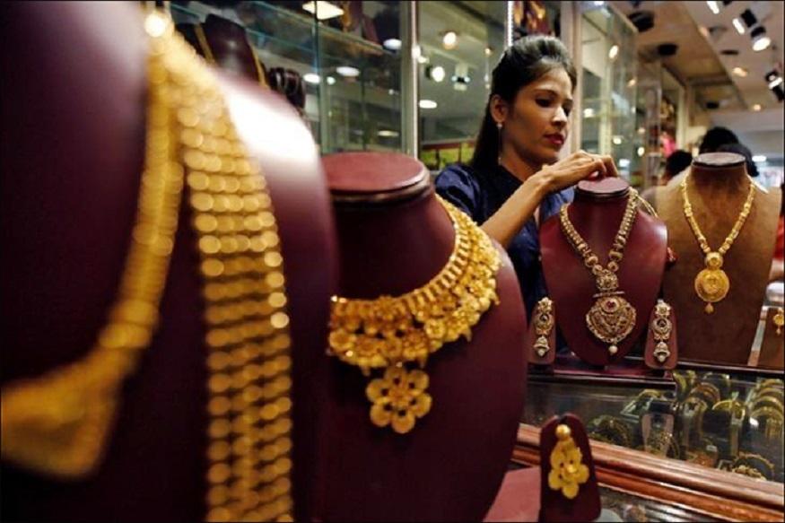 तज्ज्ञांच्या मतानुसार, आयात शुल्क वाढवल्यानं सोनं महाग होईल. यामुळं सोन्याच्या खेरेदीवरही परिणाम होईल. जागतिक बाजारपेठेत न्यूयॉर्कमध्ये सोनं 1 हजार 413 डॉलर प्रति औंस आहे. तर चांदीचा दर 15.22 डॉलर प्रति औस आहे.