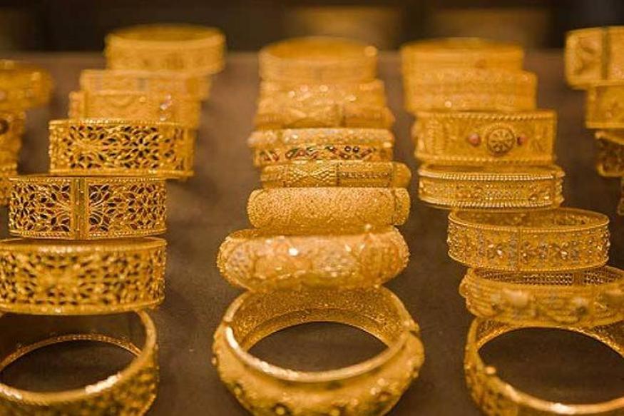 देशात गेल्या तीन वर्षांत 982 टन सोनं आयात करण्यात आलं. यात 2017-18 मध्ये 955 टन, 2016-17 मध्ये 778 आणि 2015-16 मधअये 968 टन सोनं आयात करण्यात आलं होतं. सोन्याच्या आयातीनं चालू खात्यात वित्तिय तूट येण्यावर मर्यादा येण्यास मदत होते.