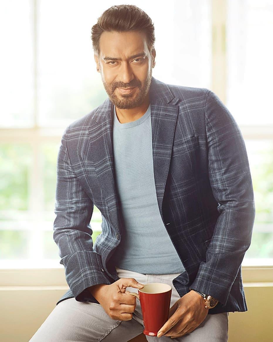 अभिनेता अजय देवगण एका सिनेमासाठी 25 कोटींचं मानधन घेतो. सर्वाधिक मानधन घेणाऱ्यांच्या यादीत तो सातव्या क्रमांकावर आहे.