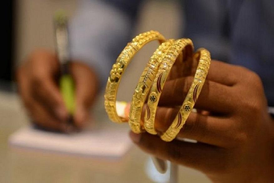भारत जगातील सर्वात मोठा सोनं आयात करणारा देश आहे. यात सोन्याचा वापर दागिण्यांसाठी मोठ्या प्रमाणावर केला जातो. गेल्या आर्थिक वर्षात दागिण्यांच्या निर्यातीत घट झाली.