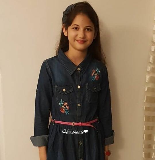 'बजरंगी भाईजान'ची मुन्नी आता 11 वर्षांची झाली आहे. या चार वर्षांत तिच्या लुकमध्ये कमालीचा बदल झाला आहे. या सिनेमाच्या चित्रीकरणावेळी ती सात वर्षांची होती. आता मुन्नी फार स्टायलिशही झाली आहे. शिवाय सोशल मीडियावरही ती सक्रिय आहे.
