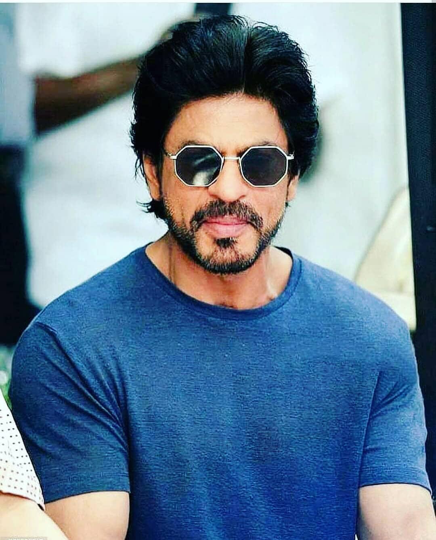 बॉलिवूडचा किंग शाहरुख खानकडे सध्या कोणताही सिनेमा नाही. पण सर्वाधिक मानधन घेणाऱ्यांच्या यादीत तो चौथ्या क्रमांकावर आहे. शाहरुख एका सिनेमासाठी 40 कोटींचं मानधन घेतो.