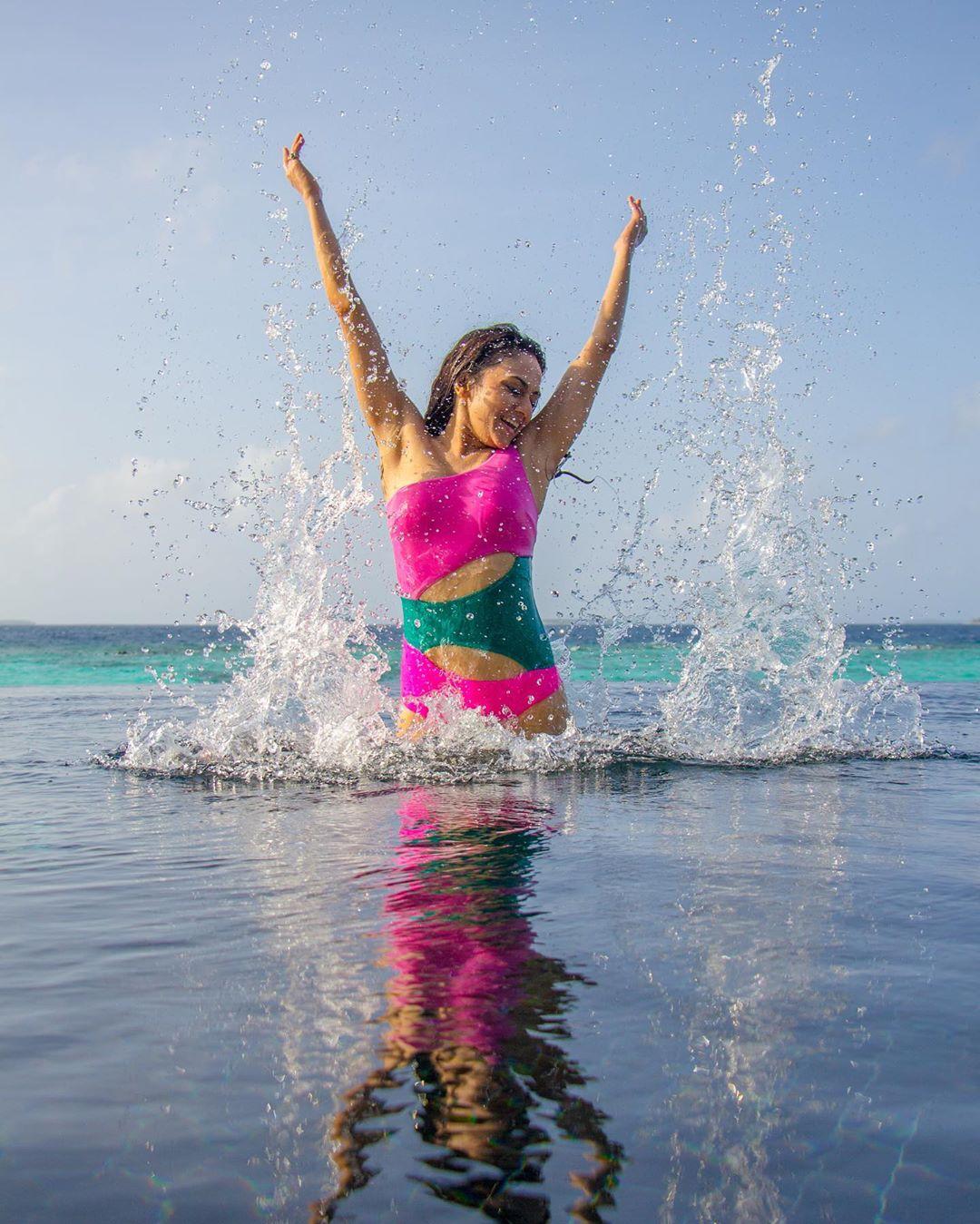 अमृताच्या या मालदीव व्हेकेशनचे फोटो सध्या सोशल मीडियावर व्हायरल होत आहेत. या फोटोंमध्ये अमृता खूपच ग्लॅमरस आणि हॉट दिसत आहे. तिच्या मादक अदांनी तिचे चाहते घायाळ होत आहेत.