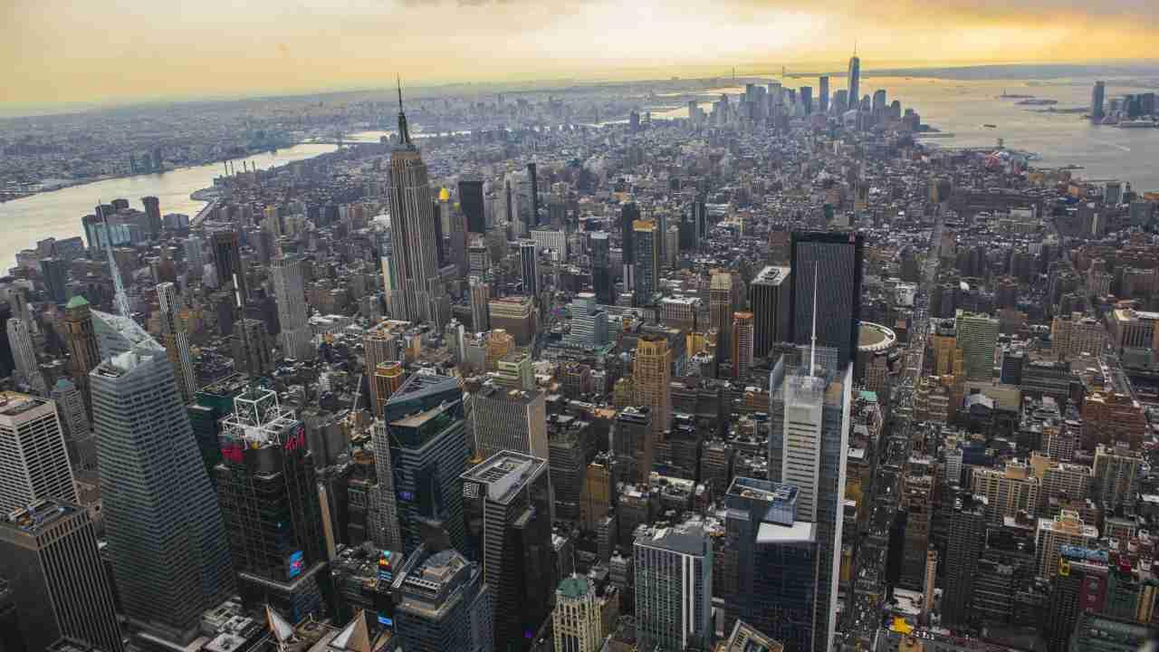 अमेरिकेतील सुप्रसिद्ध शहर न्यूयॉर्क यानेसुद्धा टॉप 10 च्या यादीत नाव कोरलं आहे. डॉलरच्या जोरामुळे अमेरिकेतली अनेक शहरं शर्यतीमध्ये होती. पण, सर्वांना मागे टाकत न्यूयॉर्क यादीत समाविष्ट झालं आहे. (फोटो : Reuters)