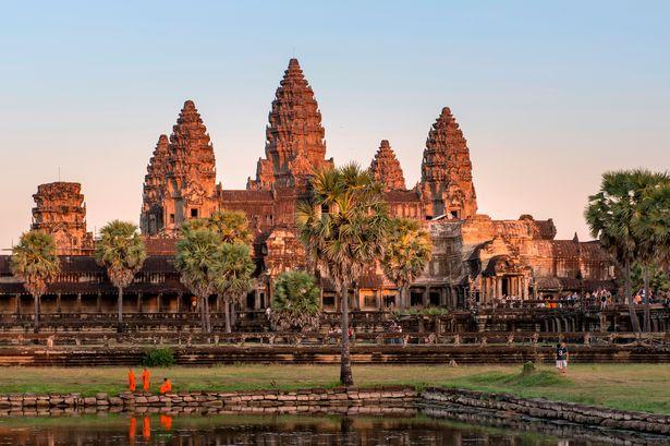 कंबोडिया- दक्षिण आशियातील सर्वात सुंदर देशांपैकी एक देश म्हणजे कंबोडिया. कमी पैशांत सर्वोत्तम जीवन संस्कृती पाहायची असेल तर एकदा तरी या देशाला भेट द्या. इथलं अंकोरवाट मंदिर हे जगभरात प्रसिद्ध आहे. इथलं राहणीमान, खाद्य संस्कृती आणि फिरणं भारतीयांसाठी फार स्वस्त आहे. श्रीलंकेप्रमाणे कंबोडियाही भारतीयांना व्हिसा ऑन अरायव्हलवर देतं. इथे जाण्यासाठी तुमच्याकडे फक्त पासपोर्ट असणं आवश्यक आहे.