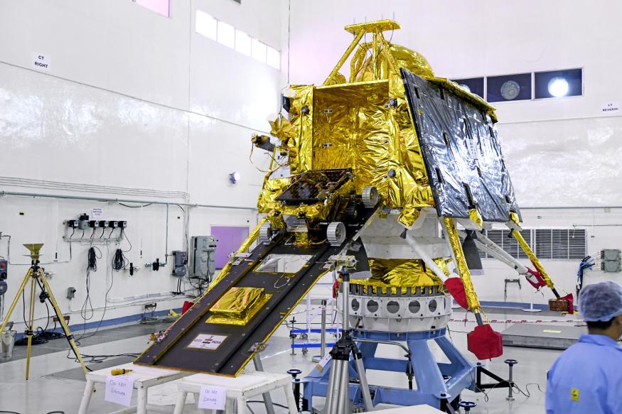 इस्रोच्या वेबसाइटवर प्रसिद्ध झालेले चांद्रयान -2 चे हे काही फोटो. चांद्रयान -2 मोहिमेसाठी तब्बल एक हजार कोटी रुपयांचा खर्च आला आहे.