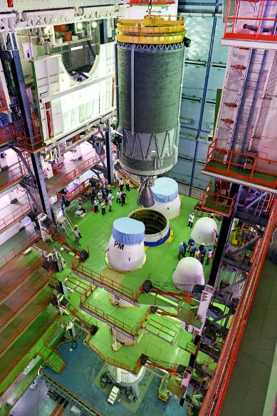 चांद्रयान -2 हे यान प्रत्यक्ष चंद्रावर उतरणार आहे. या पूर्ण अवकाशयानाचं वजन 3.8 टन इतकं आहे.