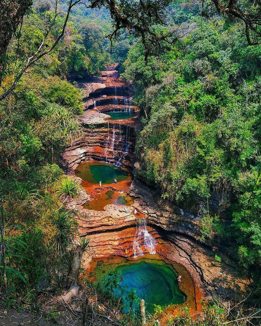 चेरापुंजी, मेघालयः जगात सर्वात जास्त पाऊस पडण्यामध्ये दुसऱ्या स्थानावर असणाऱ्या चेरापुंजीमध्ये जाण्याचा अनुभव सुखकर आहे. त्यातच पावसाळ्यात तिथे जाण्याची मजा वेगळीच आहे. जंगलं, झाडे आणि शेती यांनी समृद्ध असलेल्या ही जागा पावसाळ्यात आणी सुंदर होते. (फोटो – दुलमोनी दास)