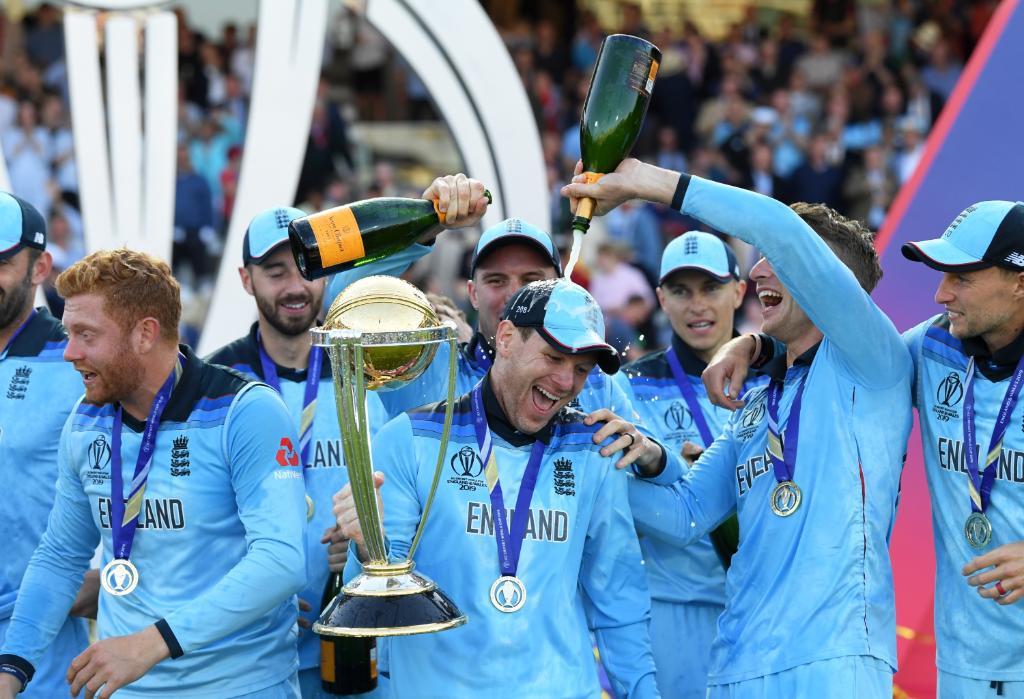 World Cup : इंग्लंडनं पहिल्यांदाच जिंकला वर्ल्ड कप, तरी ICCने दिली नाही खरी ट्रॉफी