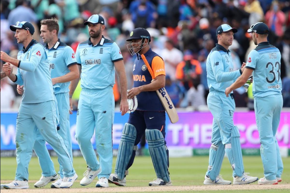 क्रिकेट वर्ल्ड कपमध्ये (world cup 2019) भारताचा स्टार खेळाडू महेंद्रसिंह धोनीवर (m s dhoni) त्यांच्या संथ फलंदाजीबद्दल अनेकांकडून टीका करण्यात येत आहे.