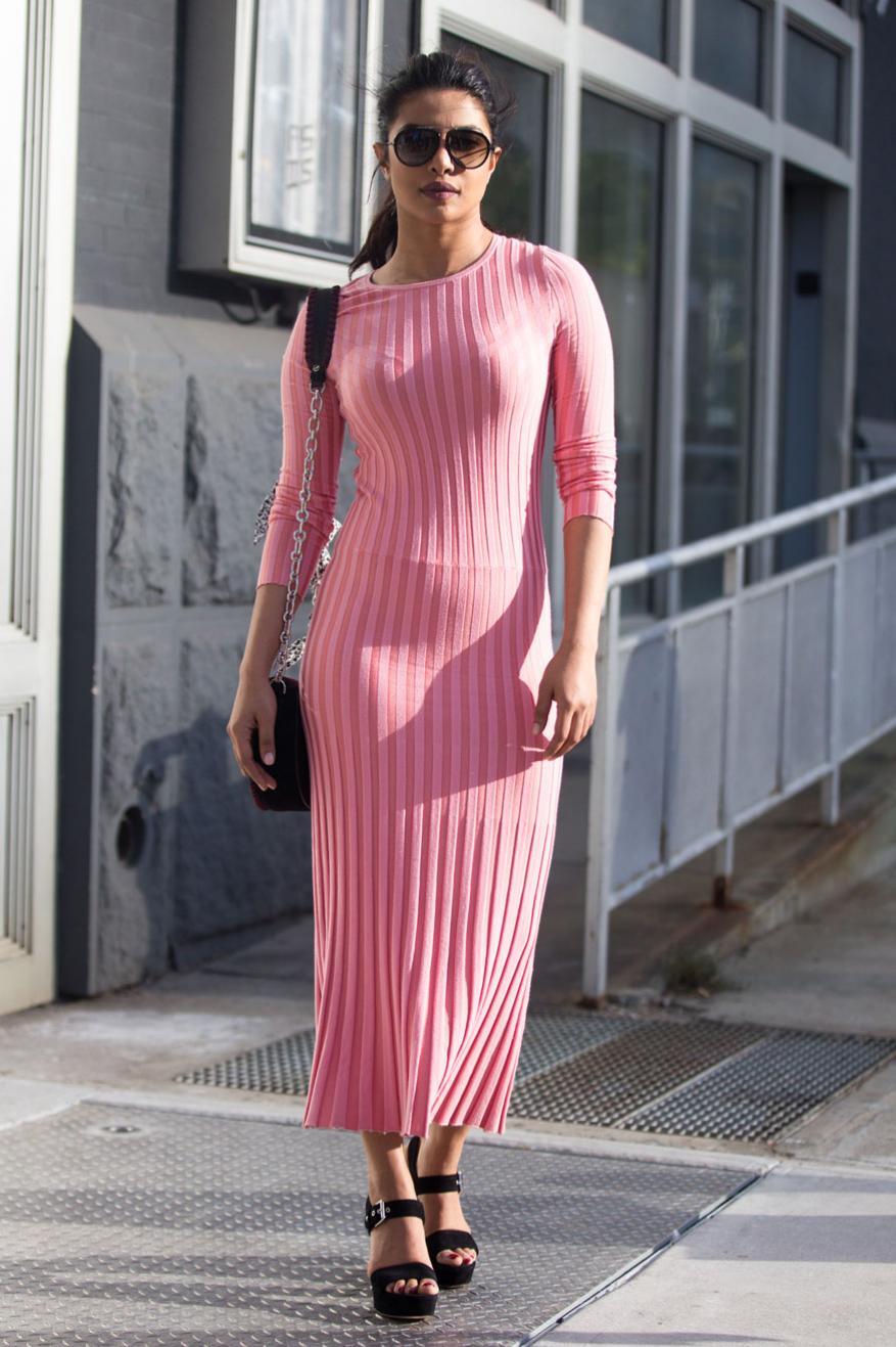 अभिनेत्री प्रियांका चोप्रानं Spring Studios, New York City येथे झालेल्या Altuzarra show ला हजेरी लावली होती. त्यावेळी तिनं हा पिंक कलरचा स्ट्रीप ड्रेस घातला होता.