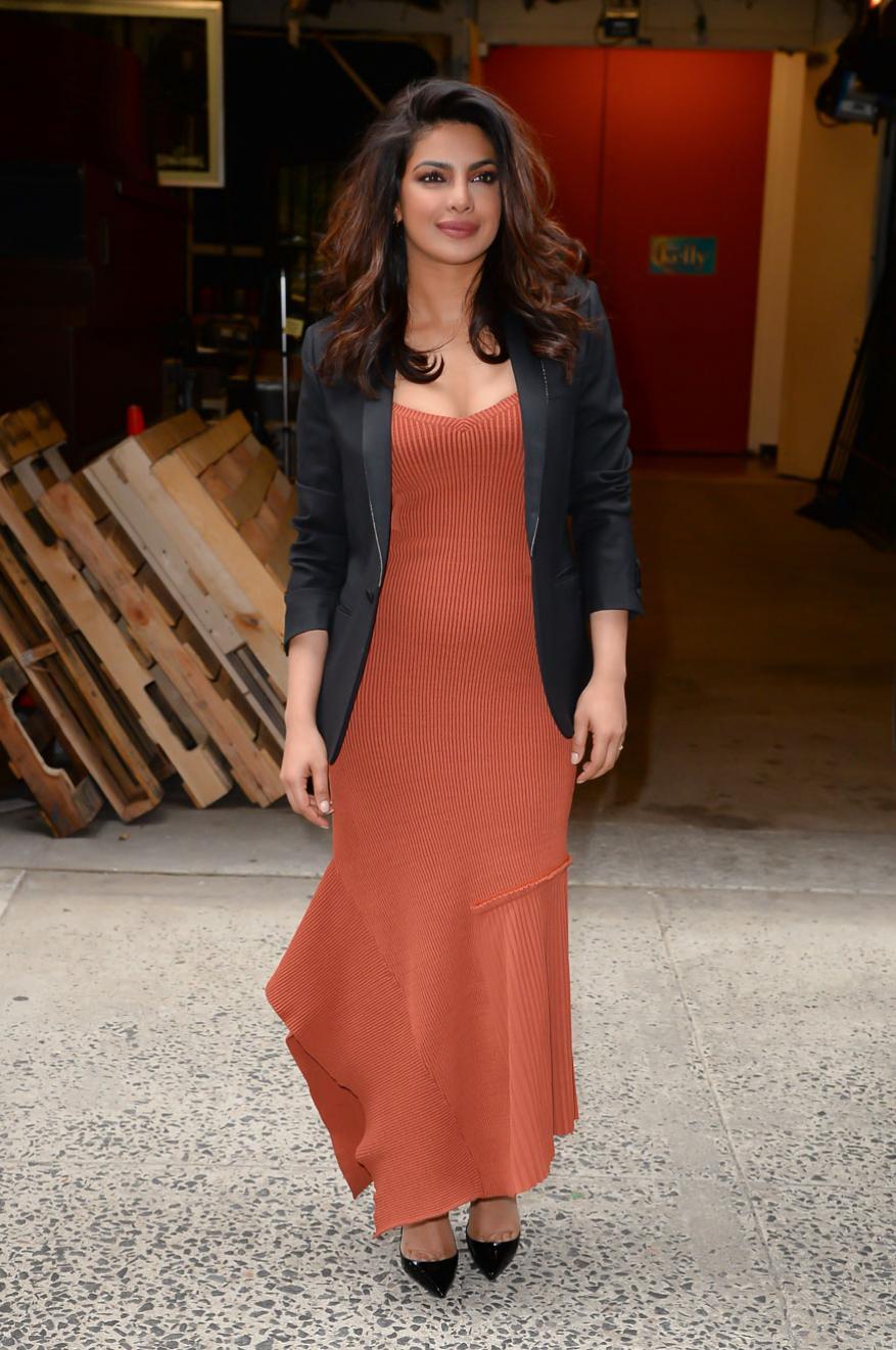 प्रियांका चोप्रा Soho, New York City येथे स्पॉट झाली होती. त्यावेळचा तिचा हा लुक परफेक्ट फॅशन गोल्स देतो.