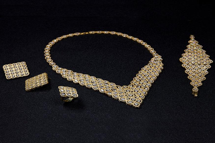 8 ग्रॅमची गिन्नी 27,400 प्रति एकक राहिली. काल सोनं 930 रुपयांनी महागलं होतं.