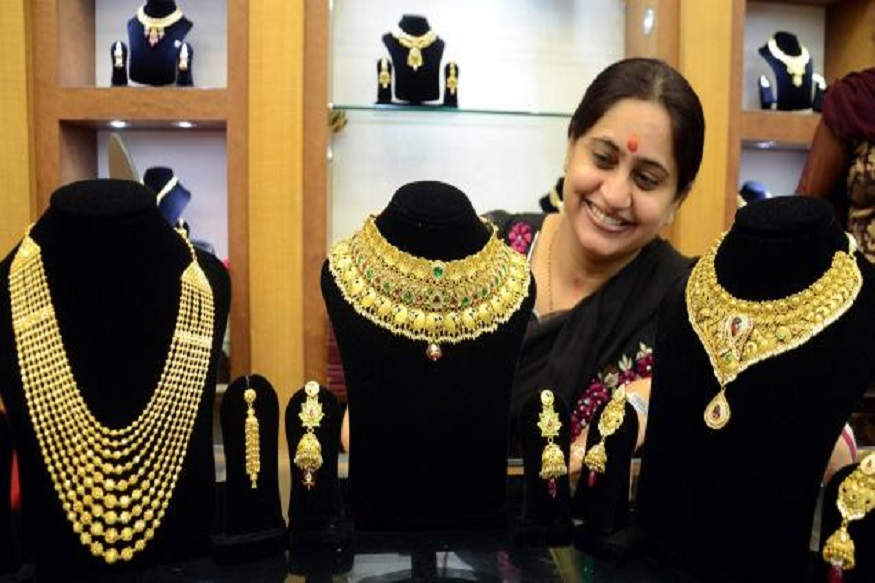 सोनं आणि चांदी खरेदी करणाऱ्यांसाठी खूशखबर. काल महाग झालेलं सोनं आज 400 रुपयांनी कमी झालंय. सोन्यामध्ये घसरण होऊन 35,400 रुपयांनी प्रति 10 ग्रॅमवर सोनं आलंय.