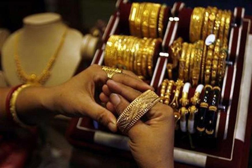 चांदी मात्र महागलीय. ती 660 रुपयांनी वाढून 40,190 रुपये झालीय.