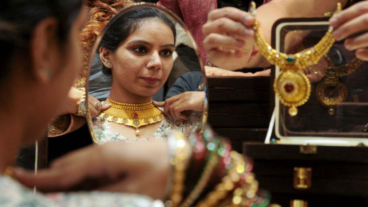 दिल्ली सराफा बाजारात 99.9 टक्के शुद्ध सोनं आणि 99.5 टक्के शुद्ध सोनं क्रमश: 35,400 रुपये आणि 35,230 रुपये प्रति 10 ग्रॅम आहे.