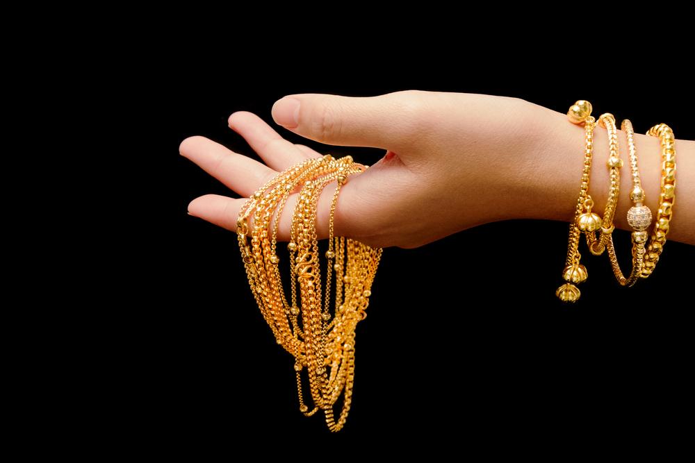स्थानिक ज्वेलर्सची मागणी कमी झाल्यानं भारतात ही घट झालीय. न्यूयाॅर्कमध्ये सोन्यात वाढ होऊन सोनं 1,409.40 डॉलर प्रति औंस झालंय, तर चांदी 15.21 डॉलर प्रति औंस आहे.