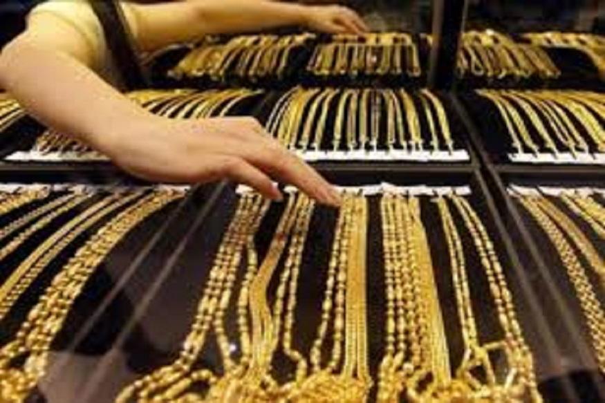 दिल्लीत 99.9 टक्के शुद्ध सोन्याची किंमत 70 रुपयांनी कमी होऊन 35,500 रुपये झालीय. तर 99.5 टक्के शुद्ध सोन्याची किंमत 35,300 झालीय.