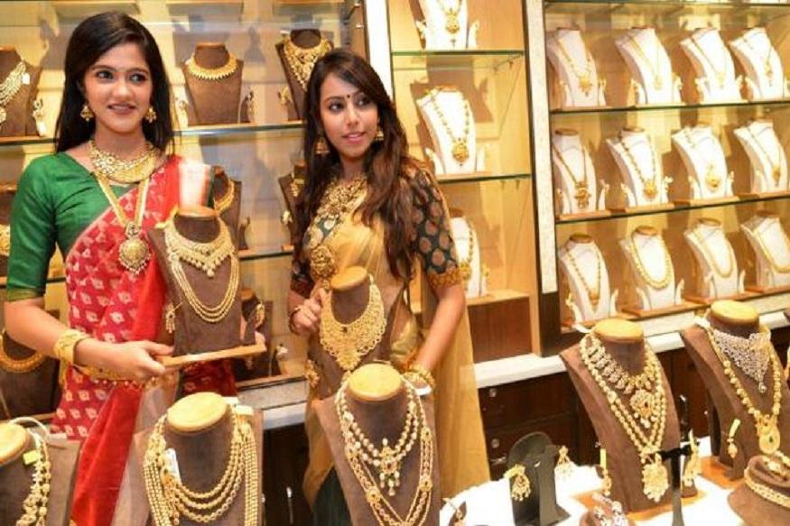 दोन दिवस घसरण झाल्यानंतर आज ( 11 जुलै ) सोन्याचा भाव वधारलाय. दिल्ली सराफा बाजारात सोन्याच्या दरात 930 रुपयांनी वृद्धी होऊन सोनं 34,870 रुपये प्रति ग्रॅम झालंय.