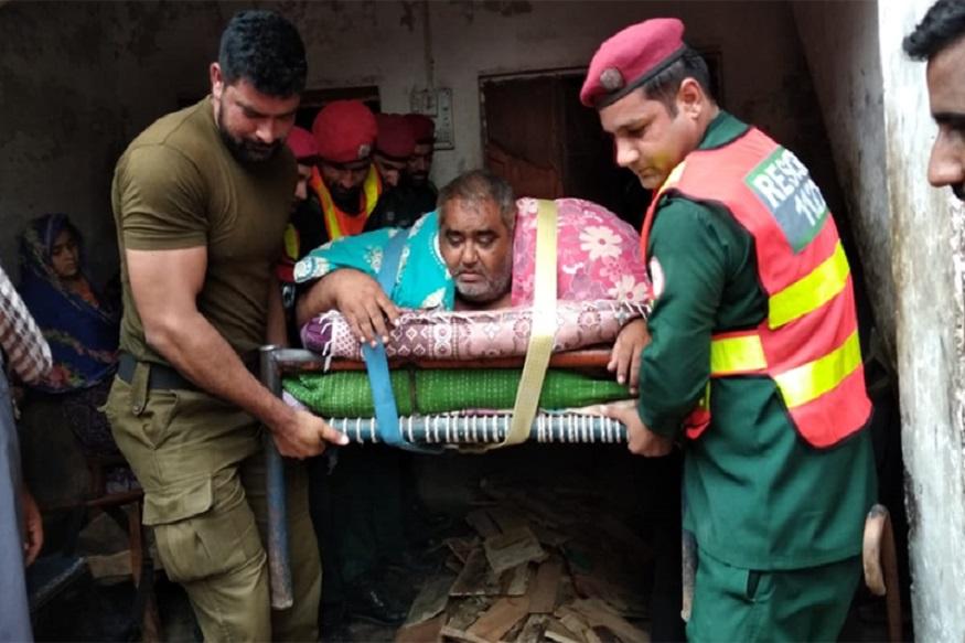 पाकिस्तानमधल्या 'वजनदार' माणसाचा मृत्यू, शस्त्रक्रियेसाठी भिंत फोडून आणलं बाहेर