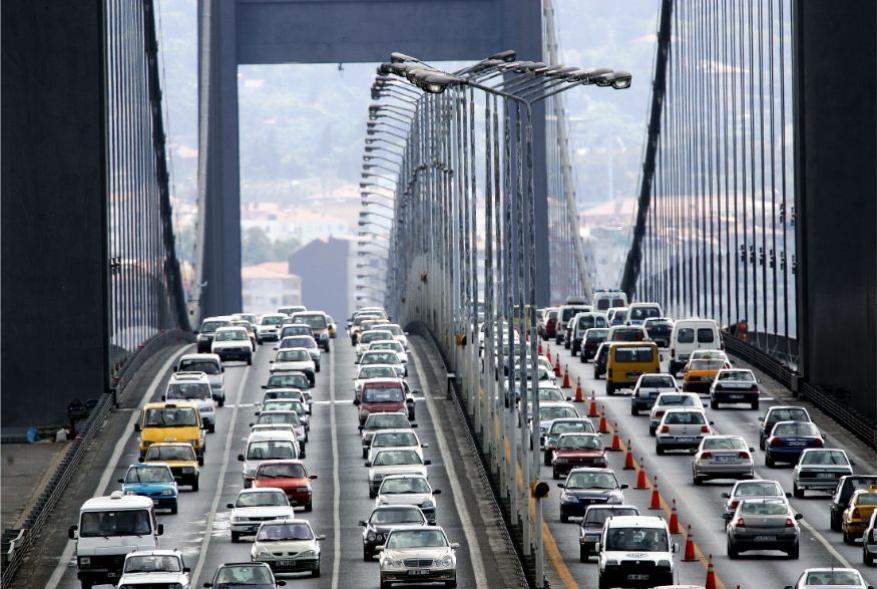 <strong>इस्तंबूल, टर्कीः</strong> हे युरोपमधलं दुसरं शहर आहे जे गर्दी आणि ट्रॅफिकच्या टक्केवारीत पुढे आहे. 53 टक्के रहदारीचं प्रमाण असणाऱ्या शहरात वाहनचालक 53 टक्क्यांहून अधिक वेळा ट्राफिकमध्ये अडकतो. (फोटोः Reuters)