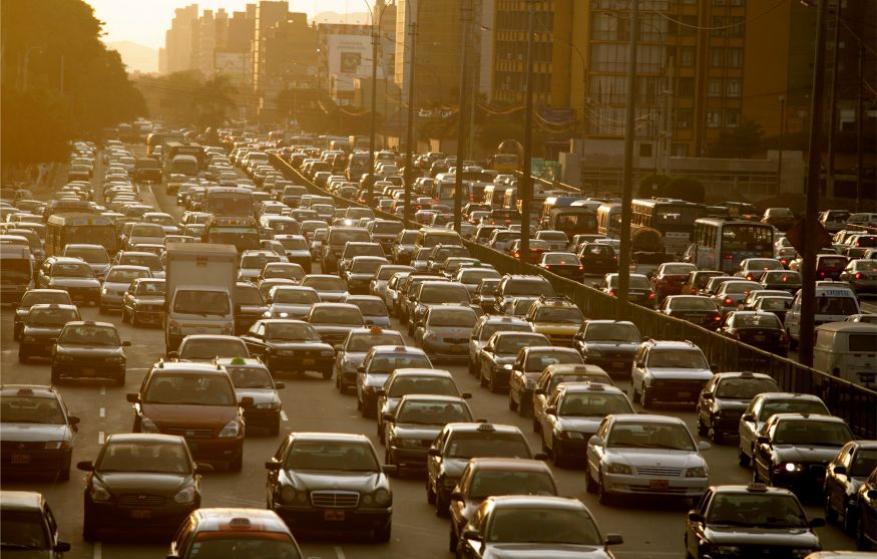 <strong>लिमा, पेरू :</strong> लिमा शहराच्या गर्दीचं प्रमाण 58 टक्के इतकं आहे. खरं तर, कामाच्या दिवसांमध्ये आणि पीक अवर्समध्ये हे प्रमाण 83 टक्क्यांपर्यंत पोहोचतं. इतक्या जास्त प्रमाणातली गर्दी आणि बेशिस्त कारभार या शहरात मृत्यूचं कारण ठरला आहे. म्हणजे, अनियमित आणि शिस्त नसलेली वाहतूक व्यवस्था आणि त्यामुळे होणारे मृत्यूचं प्रमाण इथे जास्त आहे. (फोटोः Reuters)