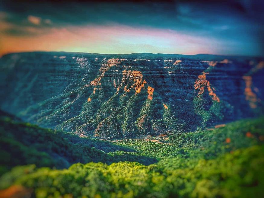महाबळेश्वर, महाराष्ट्र : महाराष्ट्रातलं हे थंड हवेचं ठिकाण पावसाळ्यात जाण्यासाठी एक उत्तम पर्याय आहे. पर्यटकांनी ही जागा नेहमीच भरलेली असते. तिथे असणाऱ्या वेण्णा सरोवर, मॅप्रो गार्डन, प्रतापगड आणि लिंगमळा धबधबा पाहण्याजोगी ठिकाणं आहेत. वीकएंडला छोट्या पिकनिकसाठी हा एक चांगला पर्याय आहे. (फोटो – श्वेता)