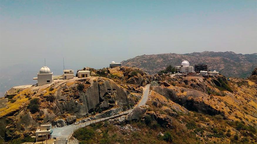 माउंट अबू, राजस्थान : राजस्थानसारख्या कोरड्या राज्यामध्ये माउंट अबू हे एकमेव थंड हवेचं ठिकाण आहे. निसर्ग आणि अॅडव्हेंचरने परिपूर्ण असलेलं हे ठिकाण हनिमून आणि निसर्गप्रेमींसाठी उत्तम पर्याय आहे. (फोटो – अभिषेक वाडनेकर)