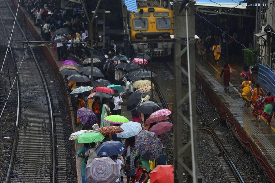 गेल्या 4 दिवसांपासून मुंबई शहर आणि परिसरात सुरु असलेल्या मुसळधार पावसामुळे जनजीवन विस्कळीत झाले आहे. मुंबईकरांची लाईफलाईन असलेल्या तिन्ही लोकल सेवा बंद पडली आहे.