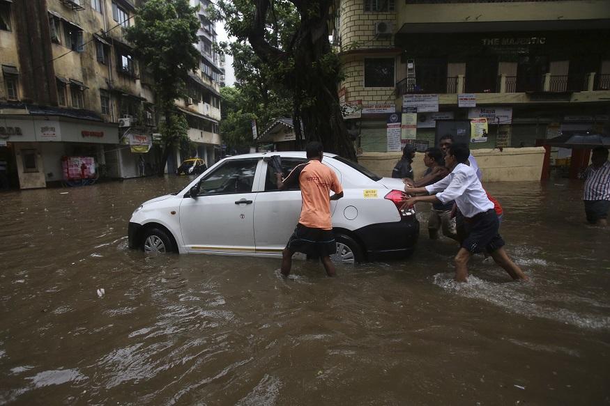 गेली 3 दिवस उशीरा धावणाऱ्या लोकल आज बंद करण्यात आल्या आहेत. मुंबई परिसरात आणखी 2 दिवस असाच पाऊस पडणार असल्याचा अंदाज हवामान खात्याने व्यक्त केला आहे.