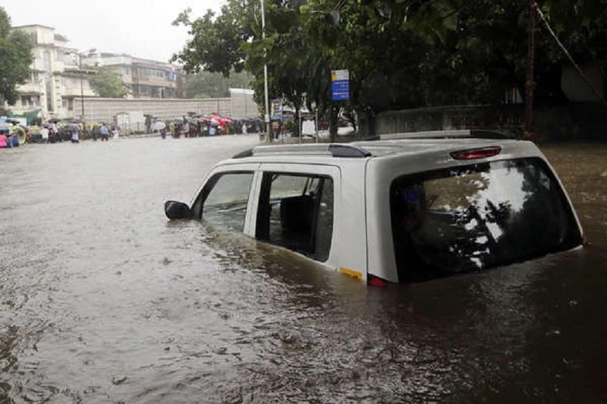 चार दिवसापासून सलग पडणाऱ्या पावसामुळे मुंबईची लाईफ लाईन असण्याऱ्या मुंबई लोकलवर खूप मोठा परिणाम झाला आहे. त्यामुळे लोकल बंद पडल्या आहेत.