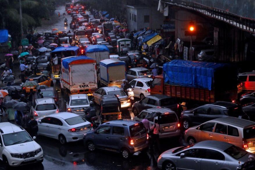 <strong>मुंबई, भारतः</strong> सलग दुसऱ्या वर्षीही मुंबईचा जगातल्या सर्वात जास्त गर्दी असाणाऱ्या शहरांमध्ये समावेश झाला आहे. मुंबईमध्ये सर्वाधिक रहदारी आहे आणि त्याचं प्रमाण 65 टक्के इतकं आहे. जास्त लोकसंख्या, रस्तांसाठी जागेचा अभाव आणि अयोग्य पायाभूत सुविधा हे काही मुख्य घटक रहदारीच्या समस्येसाठी कारणीभूत आहेत. मुंबईच्या लोकसंख्येचं प्रमाण 1.84 कोटी इतकं असल्याचं 2011 च्या जनगणनेत नमूद केलं आहे. (फोटोः Reuters)