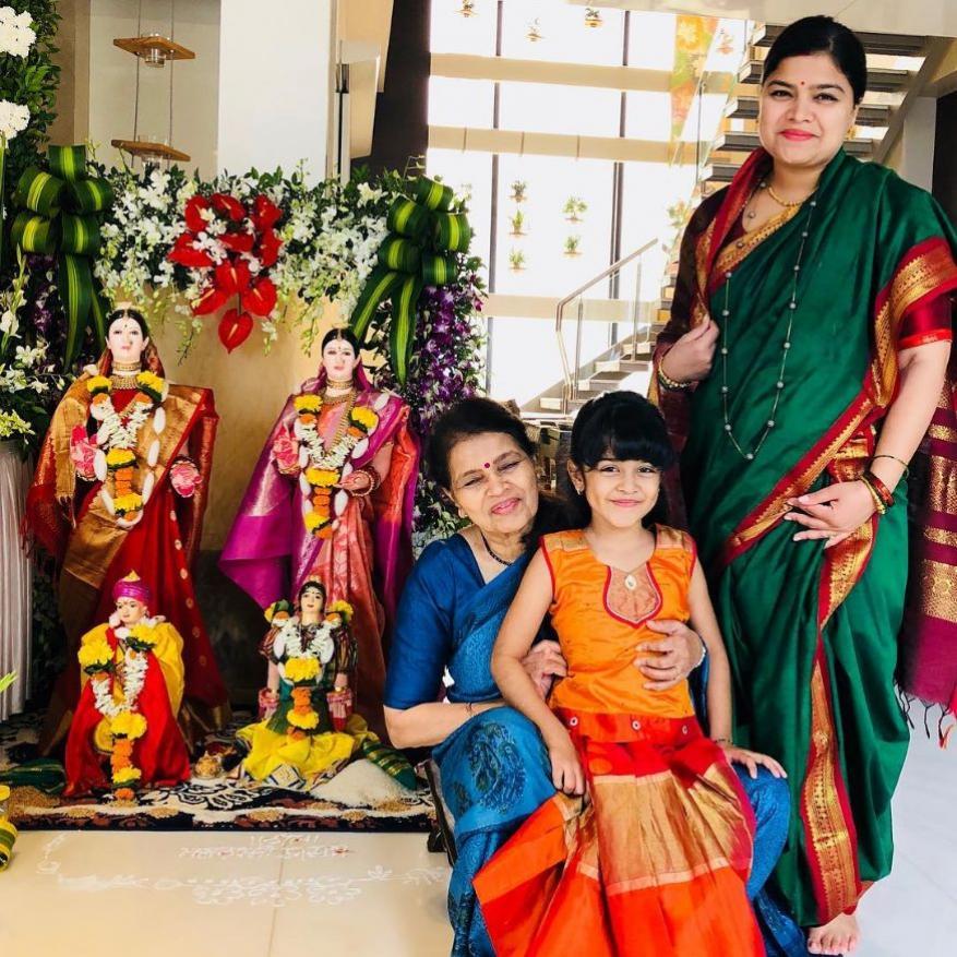 पूनम महाजन, त्यांची आई आणि मुलगी अविका. घरचा गौरी - गणपती उत्सव साजरा करताना.