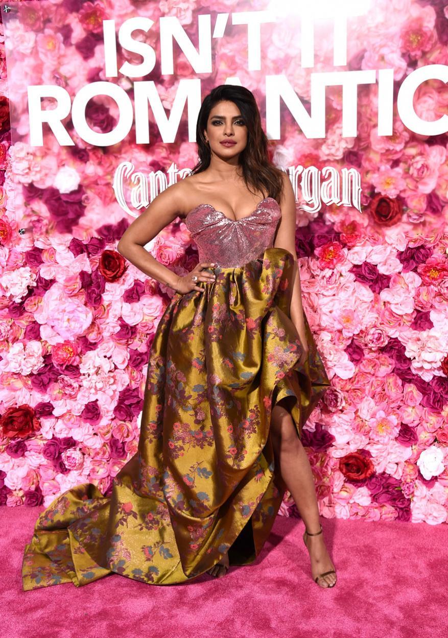 प्रियांकाचा हा लुक काही दिवसांपूर्वी रिलीज झालेल्या तिच्या  'Isn't It Romantic' या हॉलिवूड सिनेमाच्या  Los Angeles येथे झालेल्या प्रिमियरच्या वेळचा आहे.