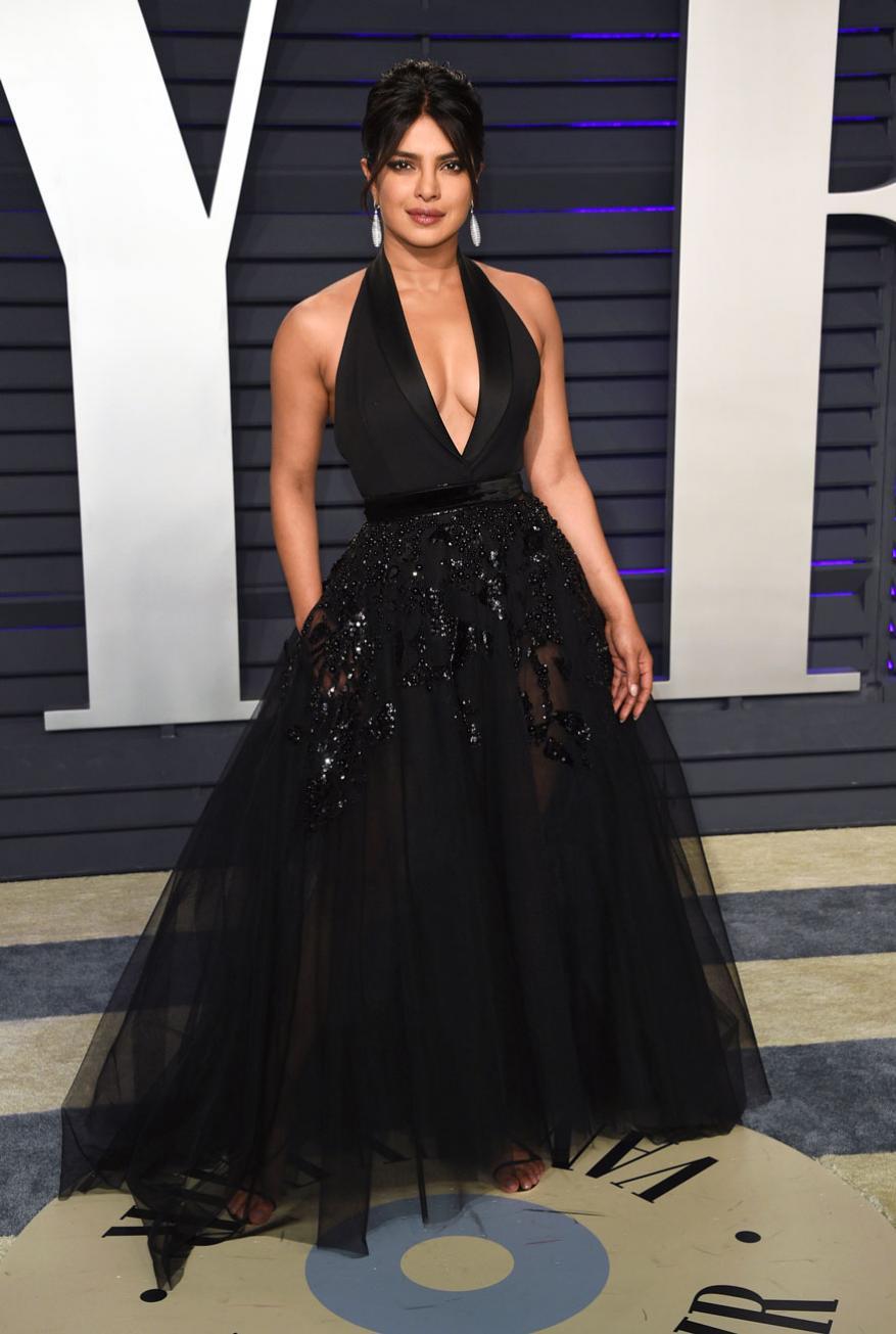 प्रियांकानं हा ड्रेस Beverly Hills, California येथे झालेल्या  Vanity Fair Oscar Partyमध्ये घातला होता. ज्याची सोशल मीडियावर खूप चर्चा झाली.