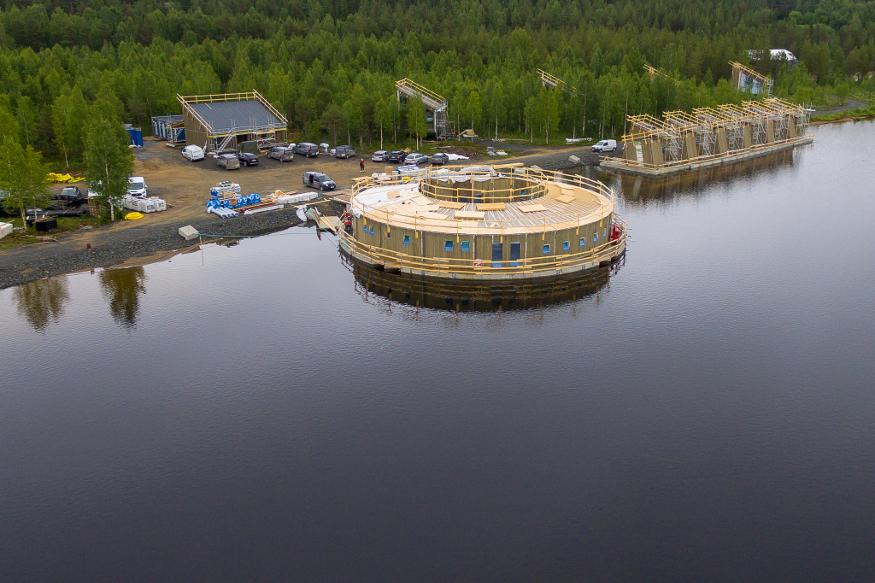 ल्यूल नदीमध्ये तरंगणाऱ्या या हॉटेलमध्ये राहण्यासाठी लोक खूपच अधीर झालेत. हे हॉटेल 2020 मध्ये किंवा 2021 मध्ये बांधून पूर्ण होईल पण पर्यटकांनी याचं बुकिंग आत्तापासूनच सुरू केलंय.