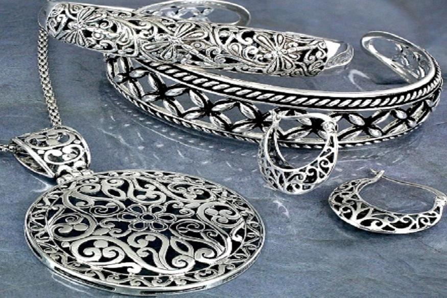 चांदीचा भावही वधारलाय. चांदी 300 रुपयांनी तेजीत आलीय.चांदी 39,200 रुपये प्रति किलोग्रॅम झालीय.