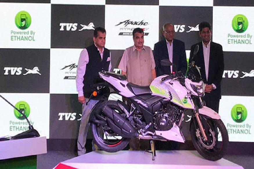 TVS नं भारतात पहिली इथेनाॅलवर चालणारी बाइक लाँच केली. टीव्हीएस आरटीआर 200 एफआय ई 100 लाँच करताना रस्ते आणि परिवहन मंत्री नितीन गडकरी उपस्थित होते.