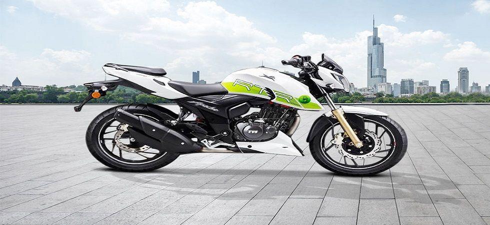 Apache RTR 200 Fi E100 या बाइकला हिरव्या रंगाचे ग्राफिक्स आणि इथेनाॅल लोगो दिलाय. या बाइकमध्ये ट्विन स्पे ट्विन पोर्ट ईएफआय टेक्नाॅलाॅजी वापरलीय.